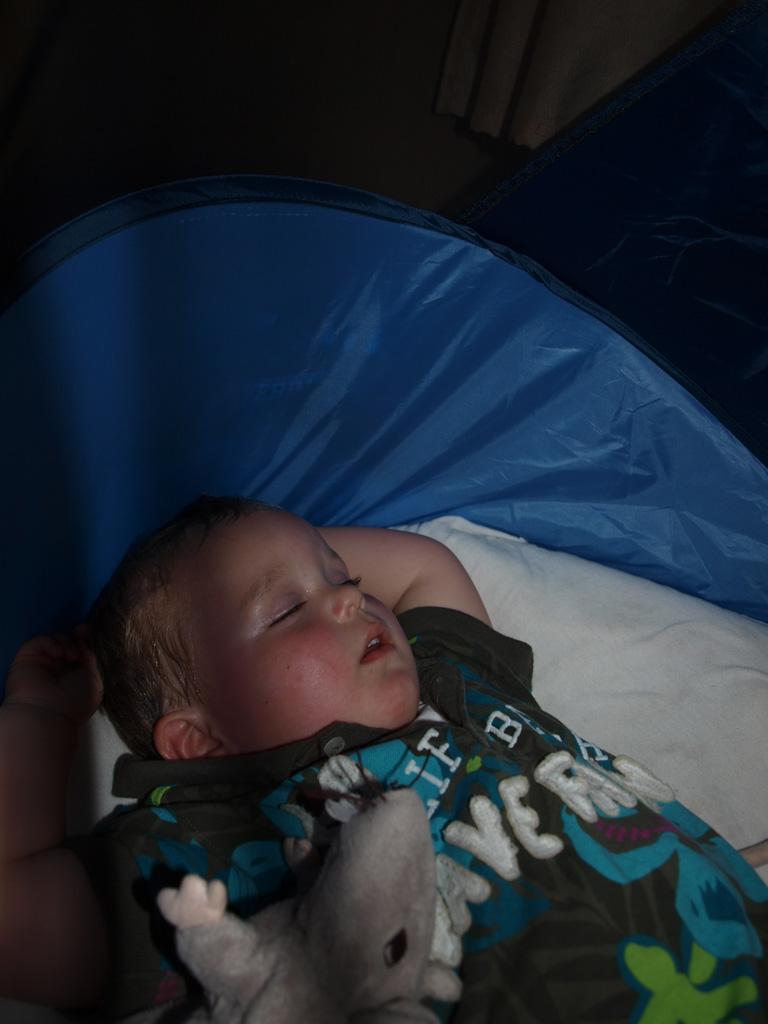 Camiel slaapt in z'n eigen bedje en dankzij de rits kan hij Maureen niet te veel wakker houden.