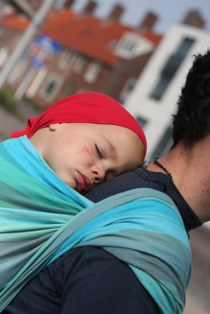 Heerlijk in de draagdoek slapen bij papa op de rug.