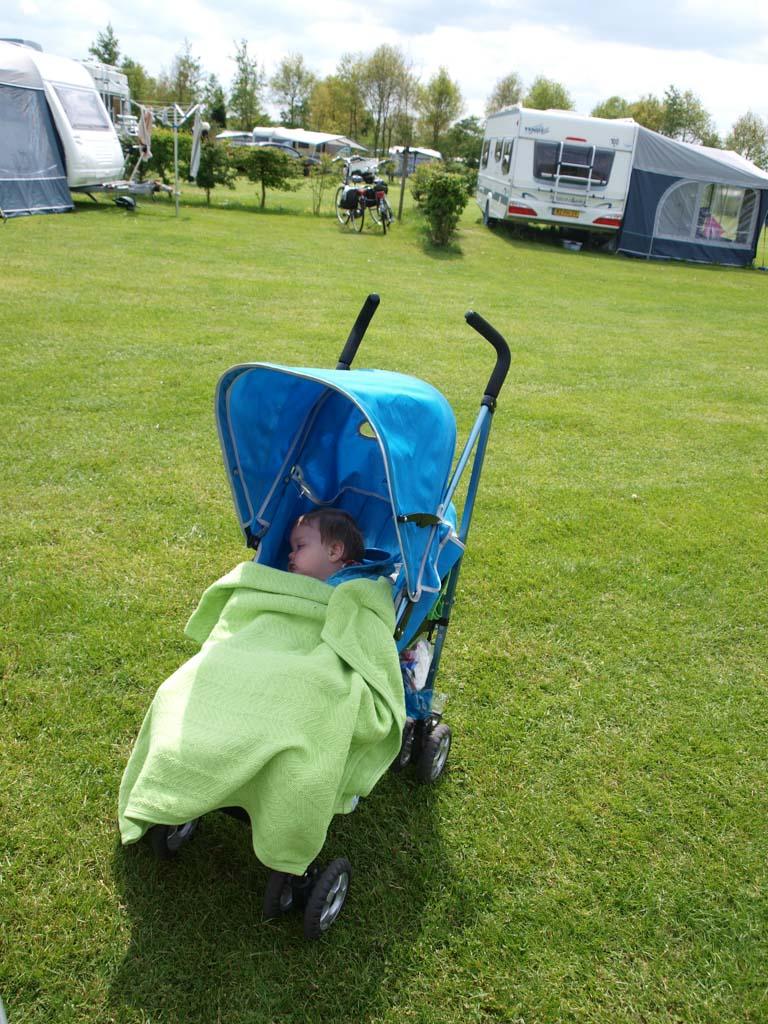 Slapen in de buggy na een wandeling over de camping.