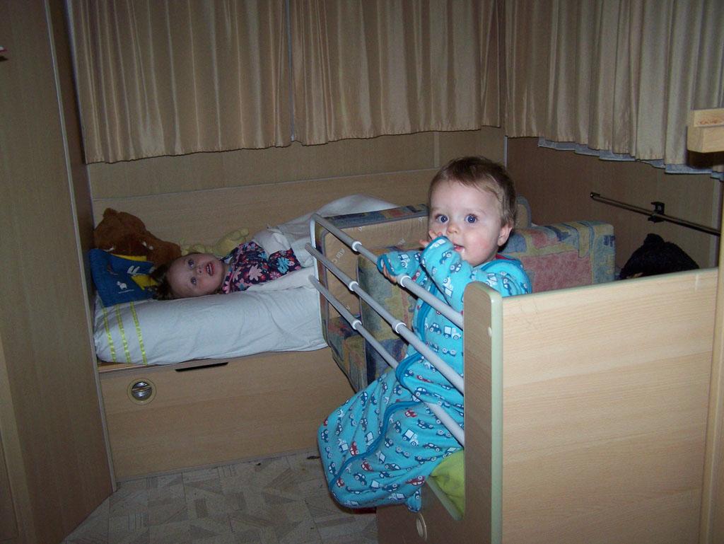 Heel fijn: slapen in de slaapzak en pyama die ze thuis ook al een nachtje aan hebben gehad.