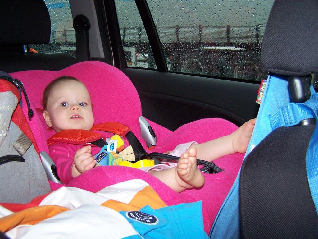Maureen als 10-maanden oude baby op de achterbank toen we op weg waren om de boot te missen.