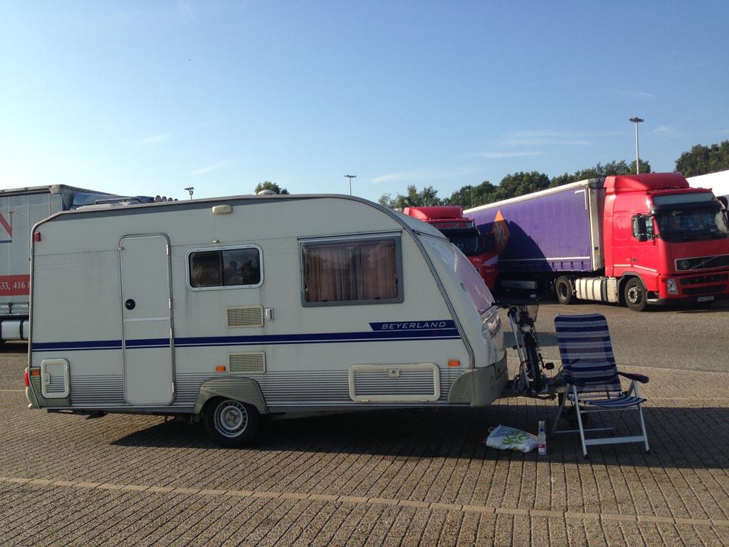 Ik bleef alleen achter met de caravan op een parkeerplaats in België....