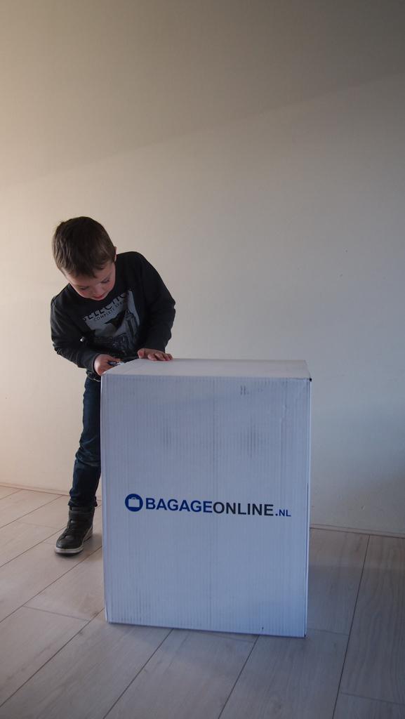 Voorzichtig de doos open maken waar de koffertjes in zijn verpakt.