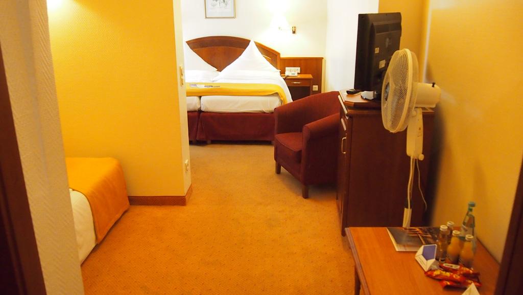 Onze hotelkamer: links de bedden van de kinderen en in het midden ons bed.