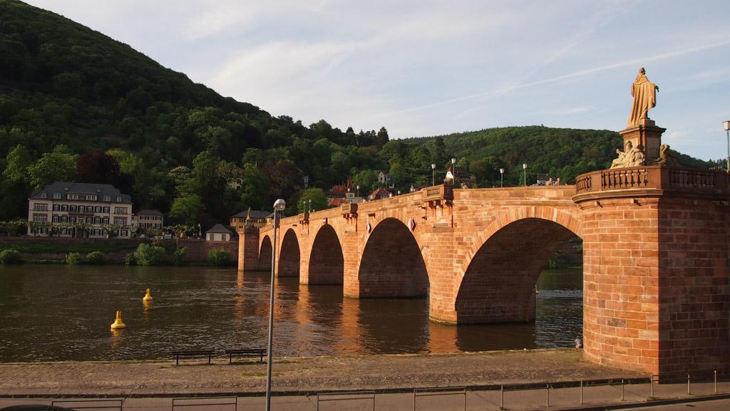 Bij zonsondergang ligt de brug prachtig in het licht.