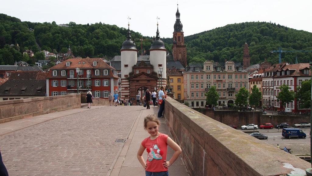 Op de oude brug van Heidelberg met op de achtergrond ons hotel (in het roze gebouw).