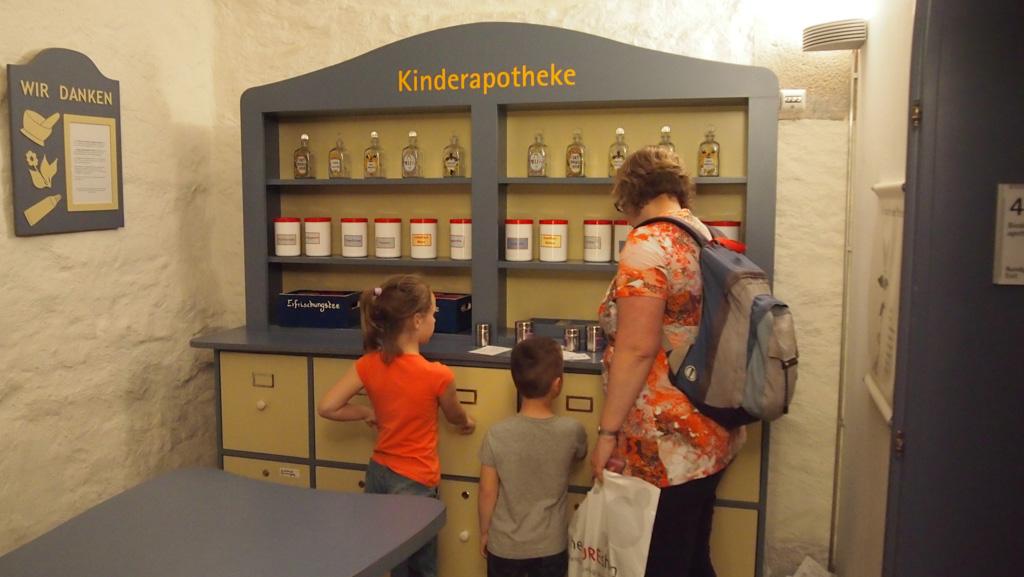 Opdracht voor kinderen in het Apotheekmuseum: geuren herkennen.