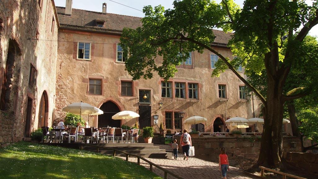 Het terras van Backhaus op het binnenplein van Schloss Heidelberg.