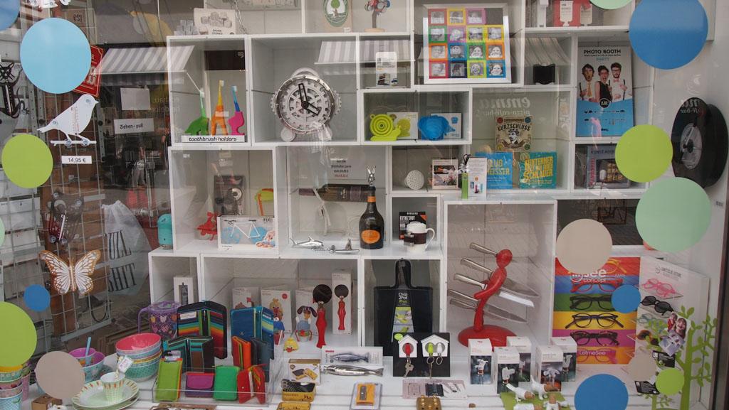 De lange winkelstraat in Heidelberg heeft veel verschillende winkels. Daar zit voor iedereen wat bij.