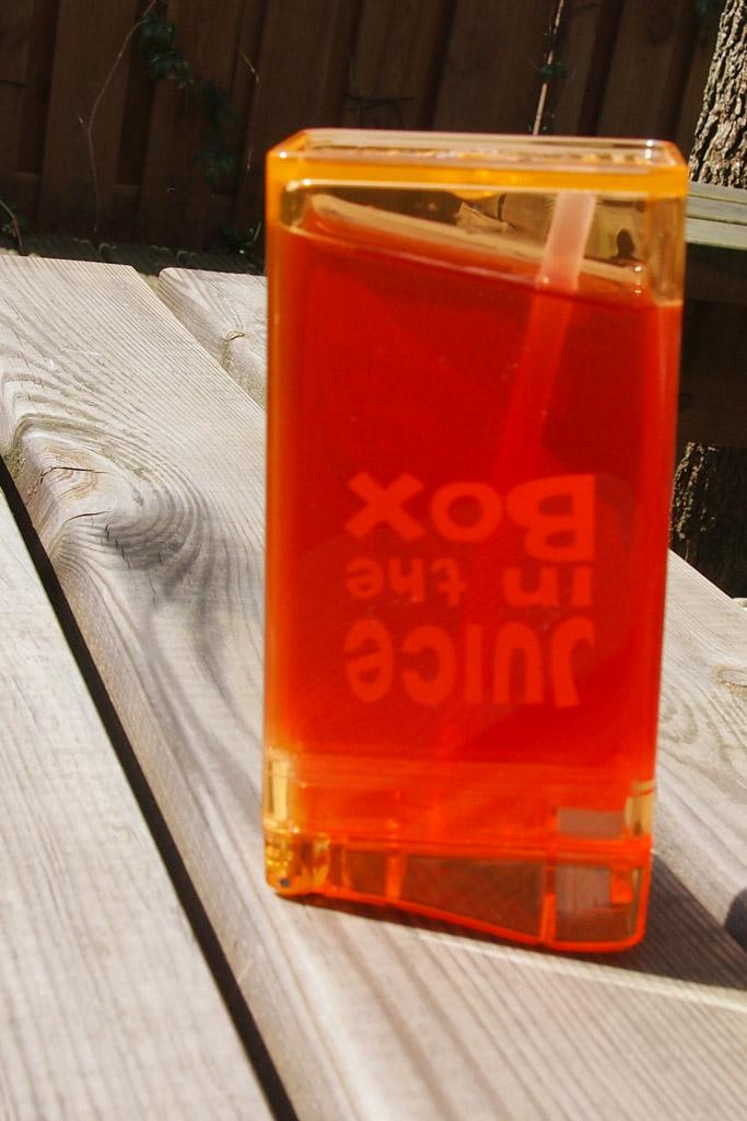 De lek-test van de Juice in the box: ook op z'n kop komt er geen sap uit.