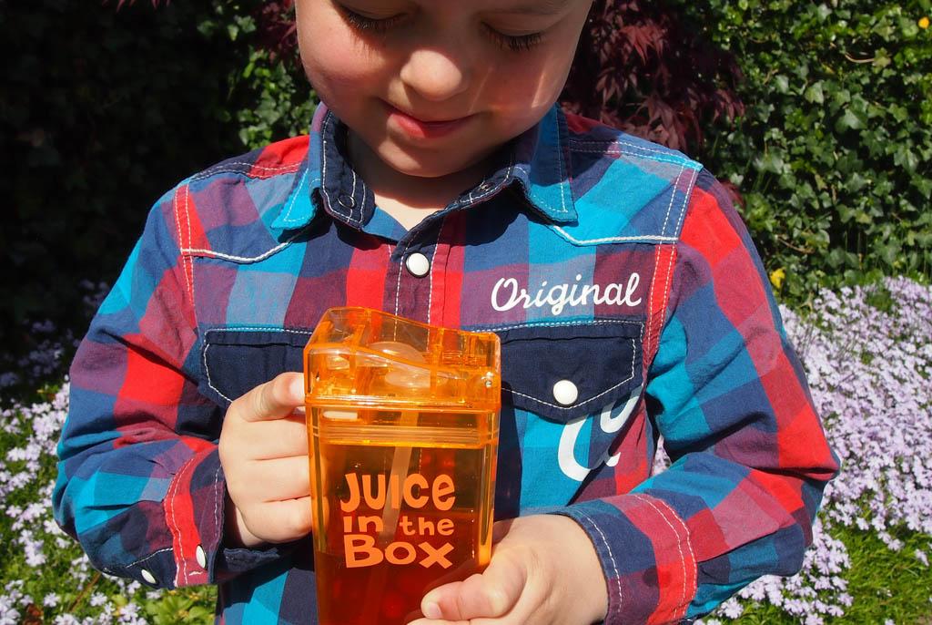 Producttester Camiiel krijgt de Juice in the box makkelijk open.