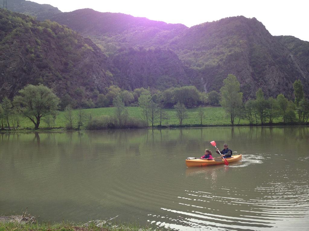 Kayakken tussen de bergen van Valls d'Aneu.