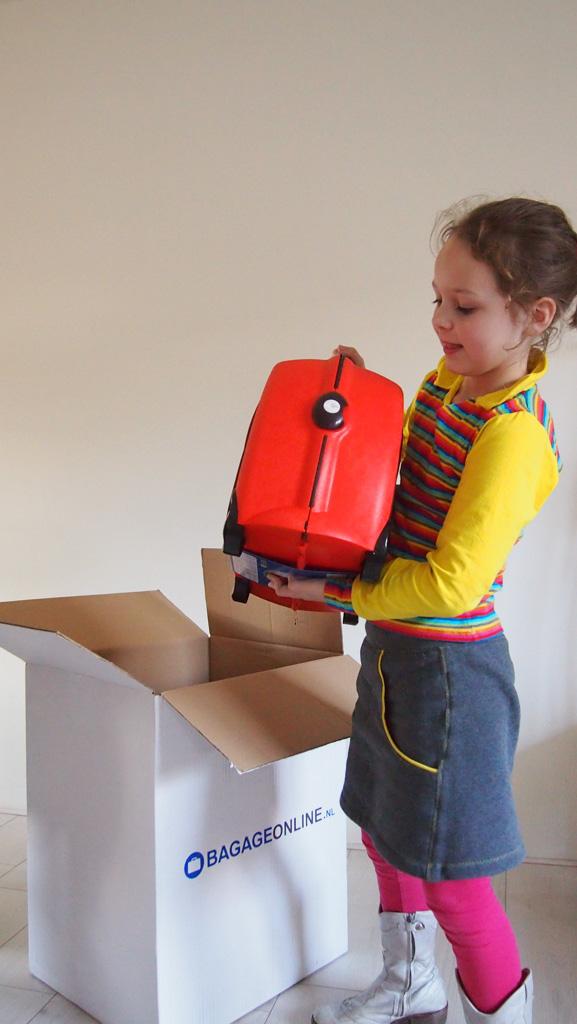 Ook Maureen haalt voorzichtig haar Trunki uit de grote doos van Bagageonline.nl.
