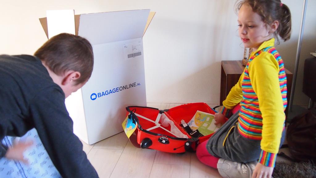 Samen bekijken en vergelijken ze hun koffertjes.