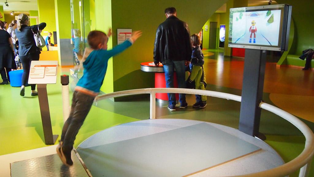 Haus der Natur bestaat uit twee delen. Camiel oefent hier voor schansspringer in het science-gedeelte.