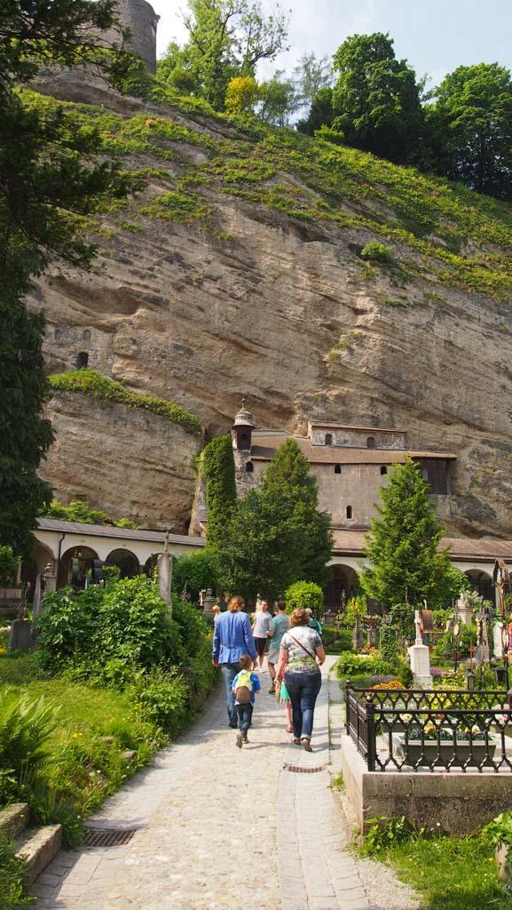 Een van de vele mooie plekjes in Salzburg: deze begraafplaats die verstopt tegen de bergwand ligt.