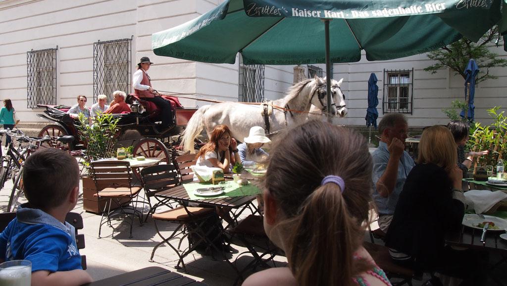 Op het terras van Zwettler's, genieten van het mooie weer en het lekkere eten.