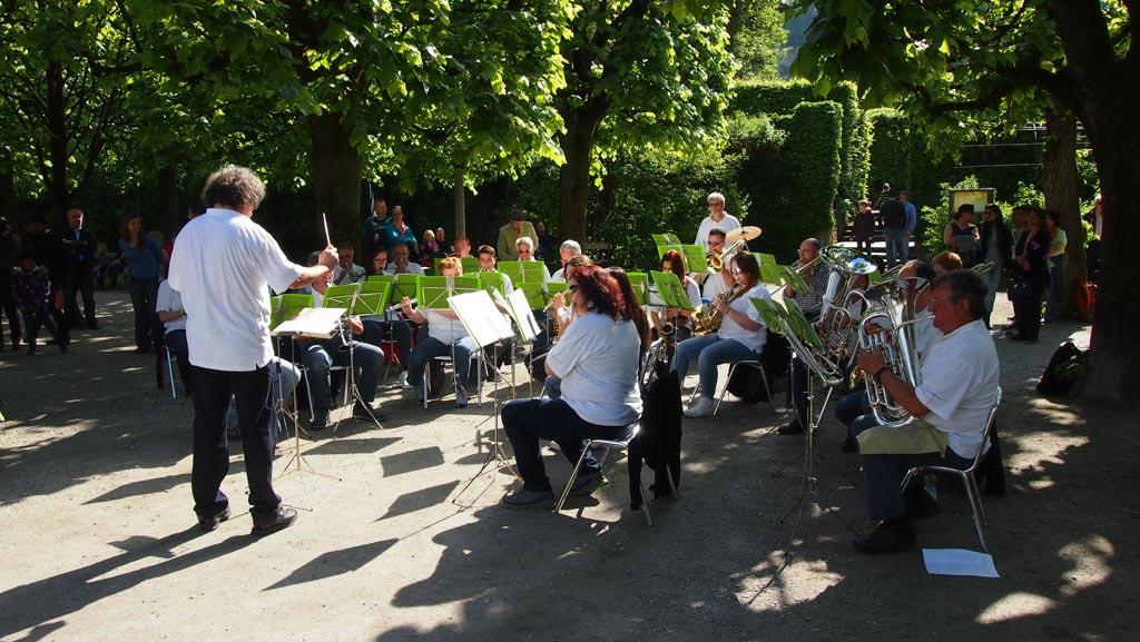 Zo leuk in Salzburg, je kan zomaar een orkest tegen komen dat een concert geeft. Deze troffen we aan in de tuin van Schloss Mirabell.