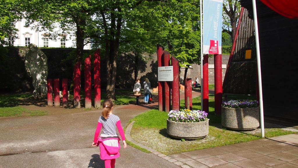 Tijdens je bezoek aan Salzburg met kinderen is het ook fijn als ze even kunnen spelen in een speeltuin. Deze speeltuin ligt naast de tuinen van Schloss Mirabell en achter het Marionettentheater.