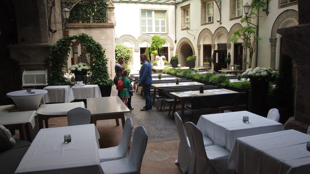 De mooie binnenplaats van St Peter Stiftkeller. Het oudste restaurant van Europa.
