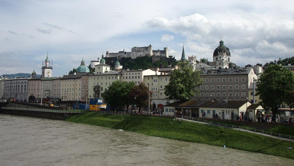 Zicht op Salzburg met het kasteel dat hoog boven het centrum uitsteekt.