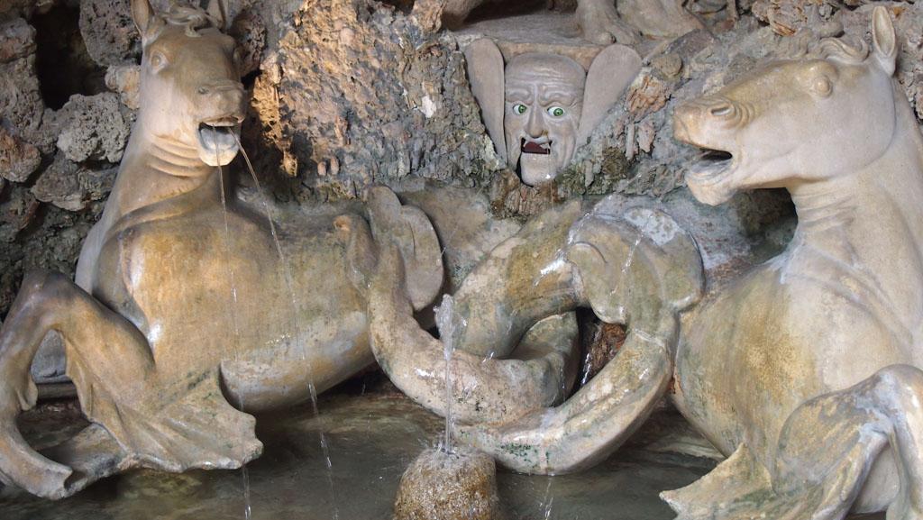 Er zitten in sommige fonteinen zelfs bewegende gezichten. En dan te bedenken dat het 400 jaar oud is....