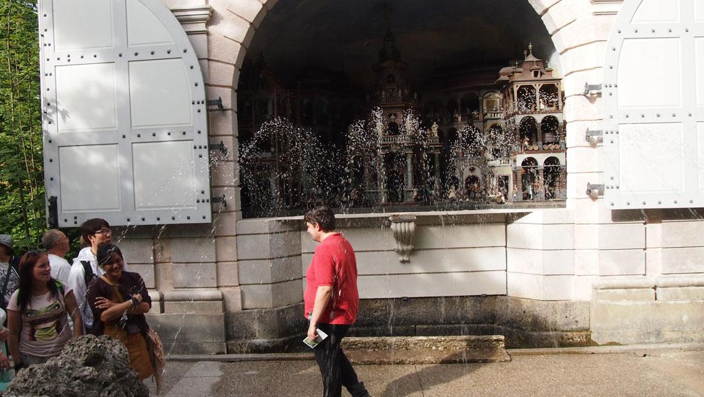 Na enige fontein-training ontdekken sommige mensen dat je er gewoon onder door kan lopen.