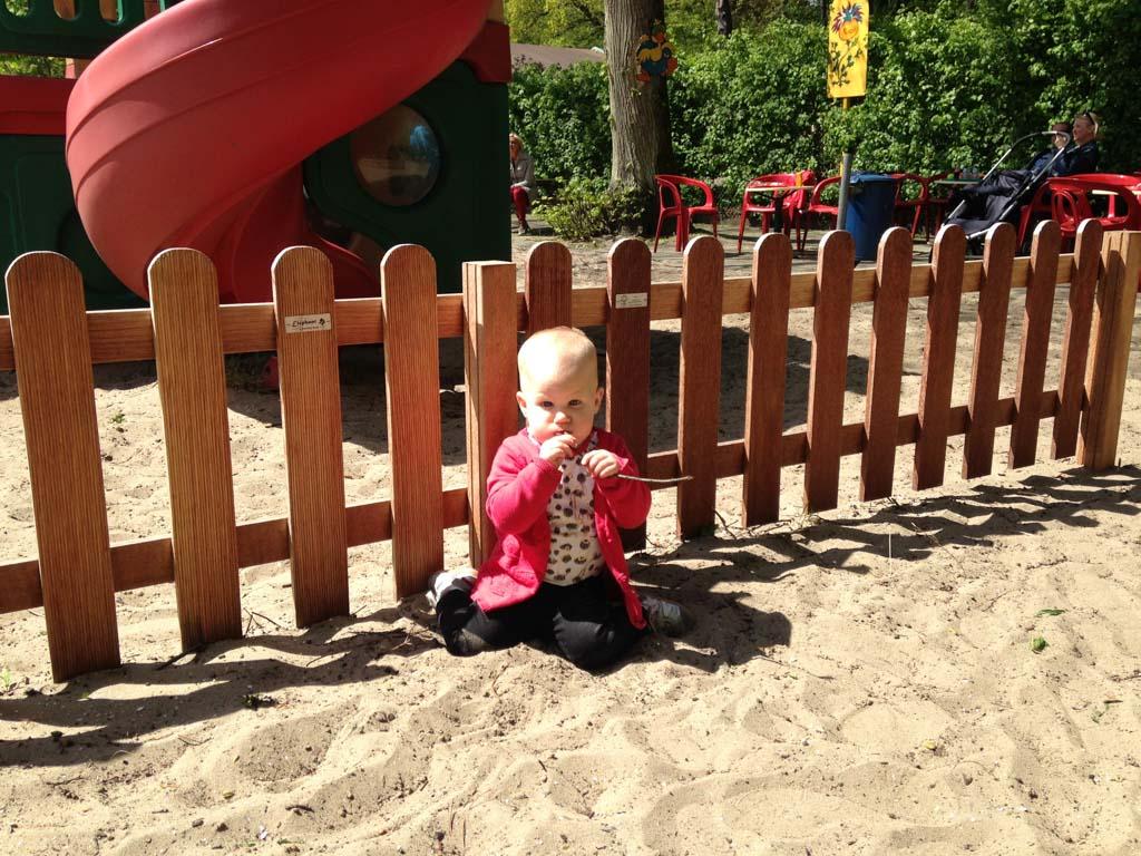 Voor de jongste is wat zand en een paar stokjes al genoeg.
