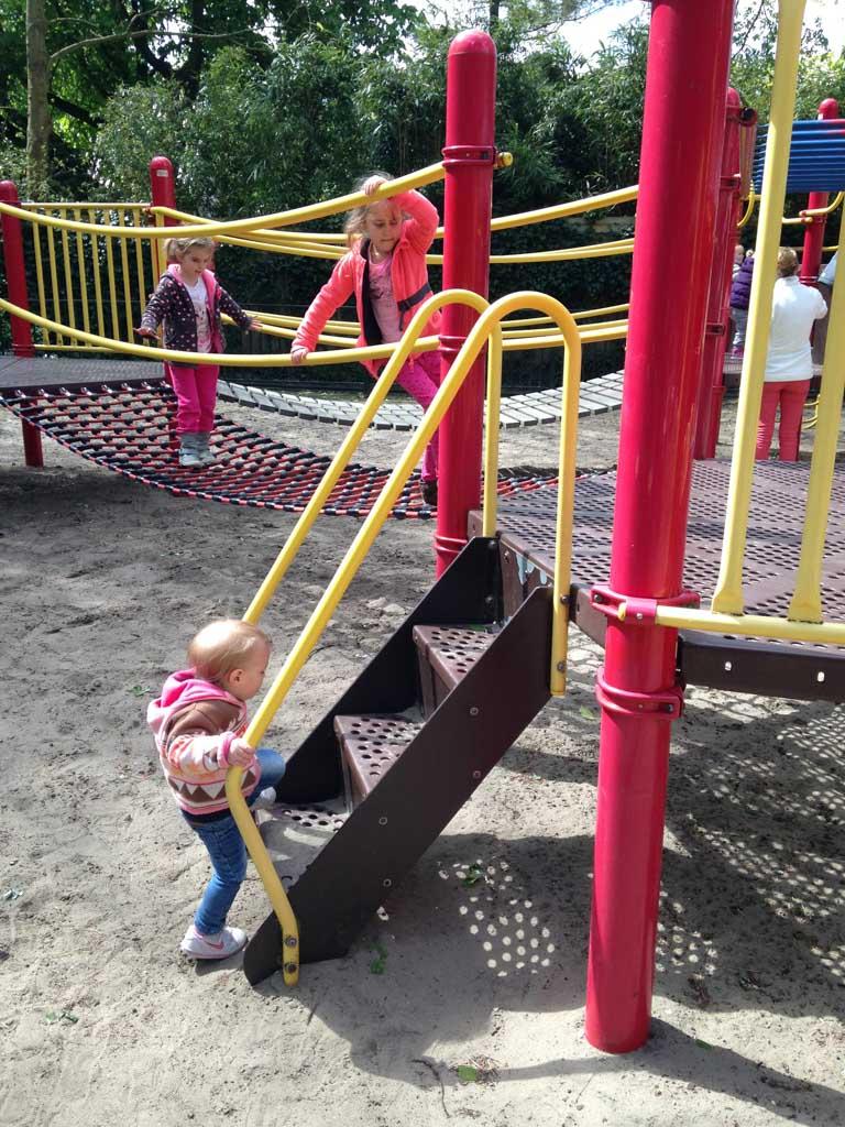 Elin klimt ook al zelf naar boven.