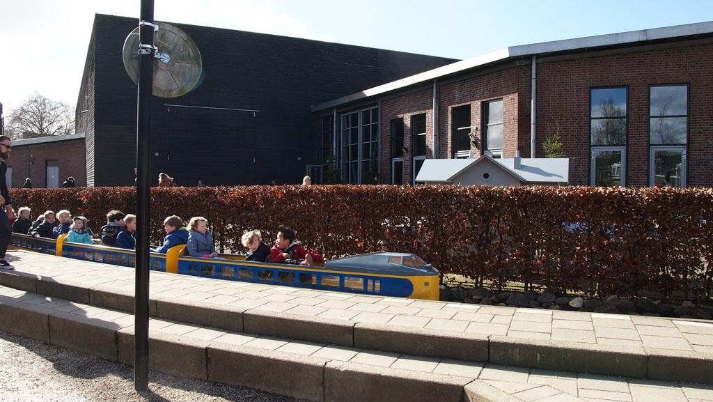 Spoorwegmuseum met kinderen buiten spelen