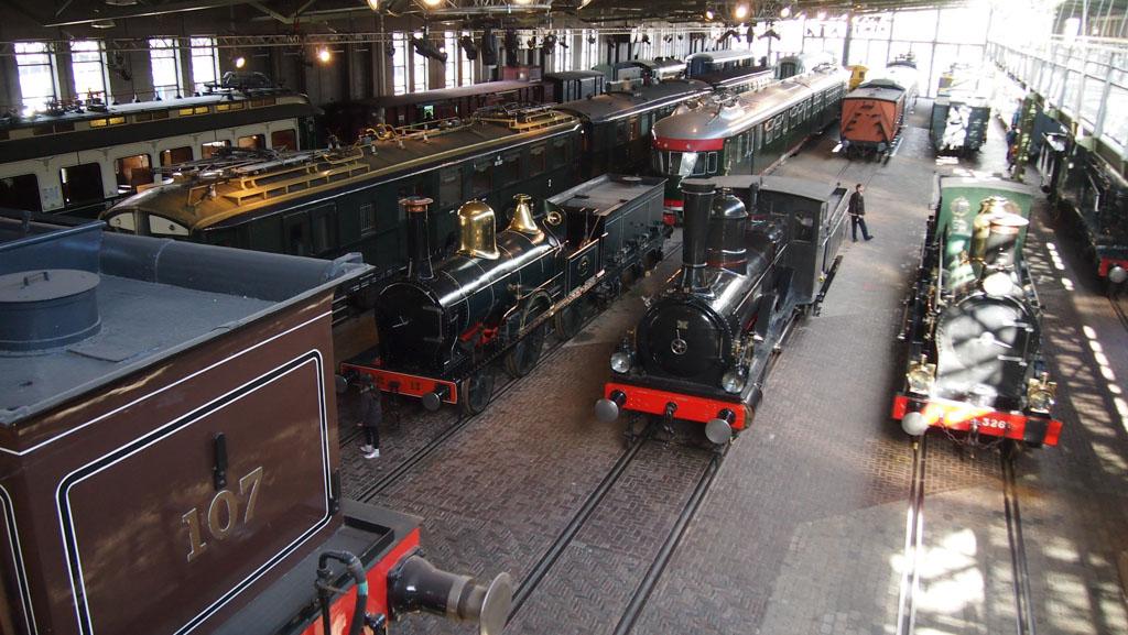 De treinen in het spoorwegmuseum van bovenaf.
