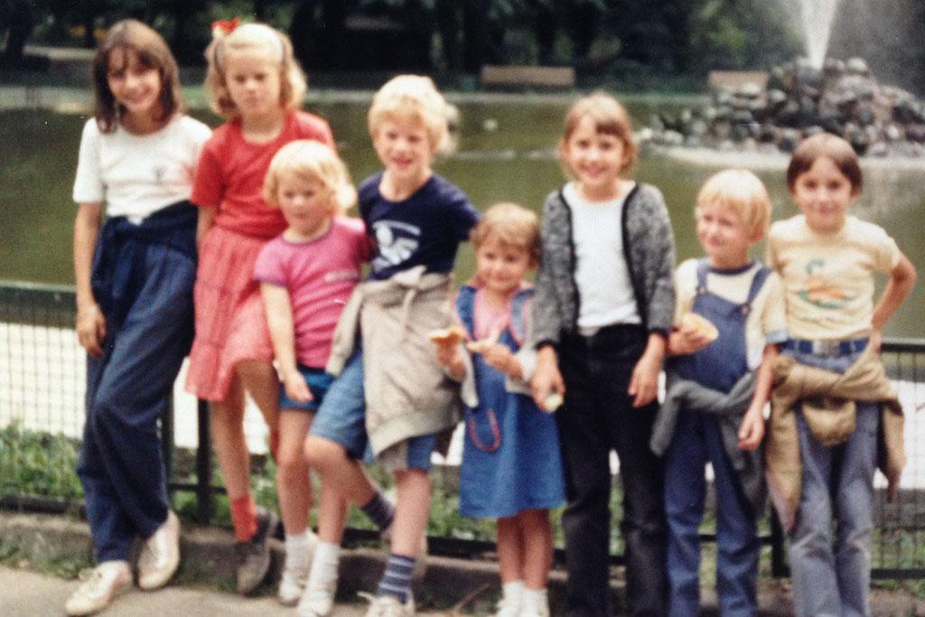 Samen met mijn broertje en zusje en de kinderen van ons 'post-pakketjes'-gezin.