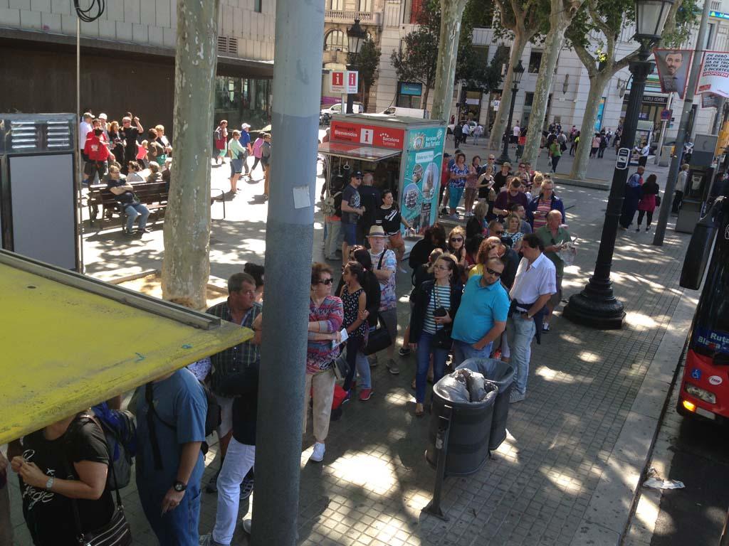 Een lange rij voor de halte van de hop on hop off bus.