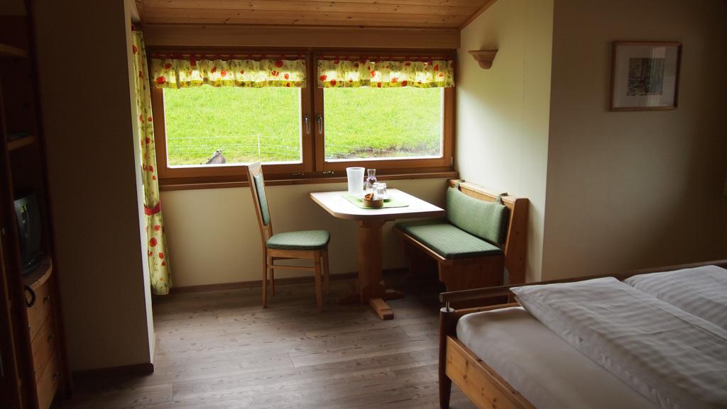 Een tafel met 4 zitplaatsen. Erg handig!