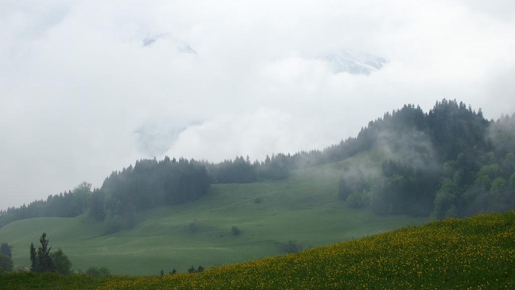 Goed kijken, dan zie je iets van de berg die achter de wolken zit.