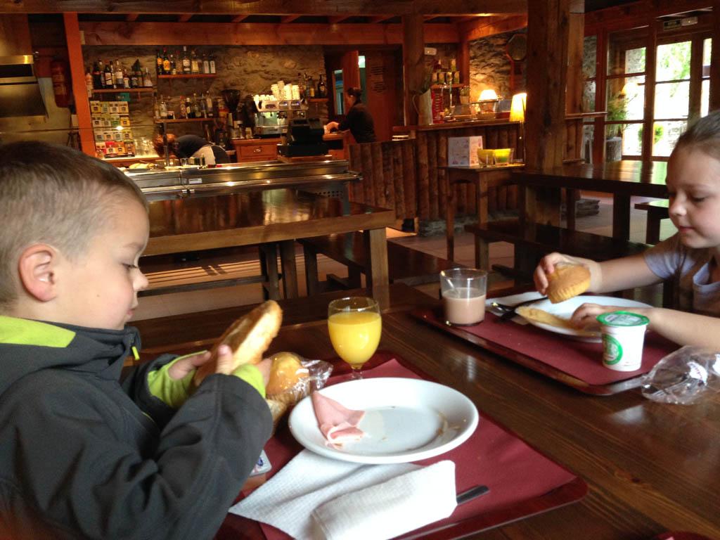 Ontbijten in het sfeervolle restaurant.