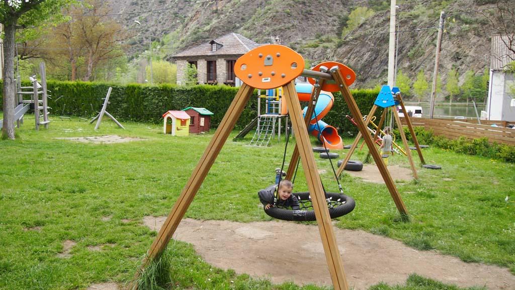 Maureen en Camiel mochten alleen naar de speeltuin omdat deze veilig afgeschermd is van de weg.