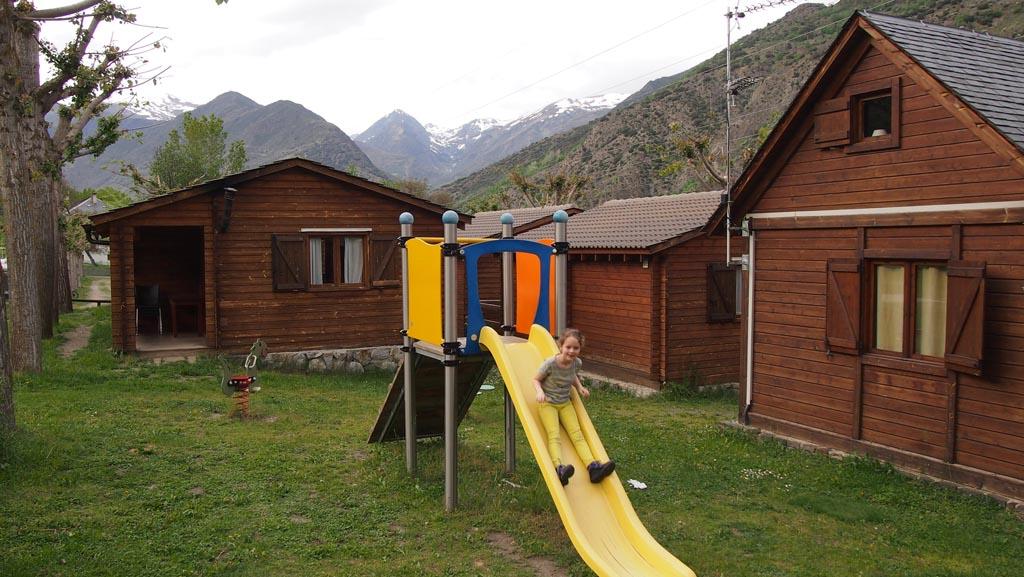 Het kleinere speeltuintje bij de houten bungalows.