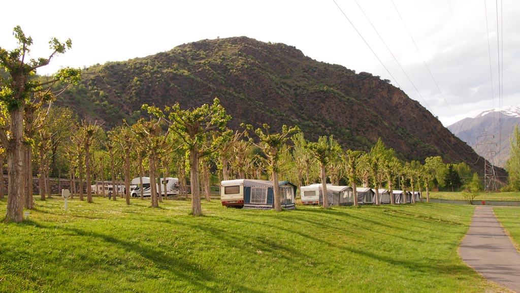De kampeerplekken op Nou Camping. Dit is de voorste rij (plek 100 t/m 105) van het achterste deel.