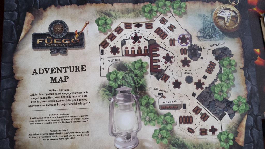 Met het plattegrond op zoek naar je tafeltje.