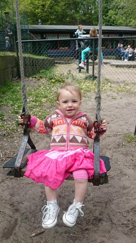 Elin op de schommel in de speeltuin bij Kraantje Lek.