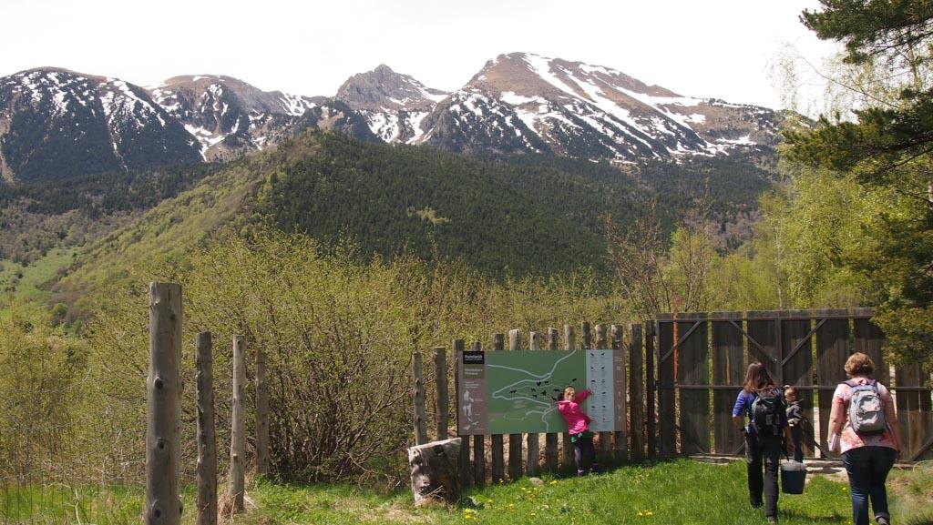Nog even op het bord kijken en aanwijzen wat we hebben gezien. Op de achtergrond de besneeuwde bergtoppen.