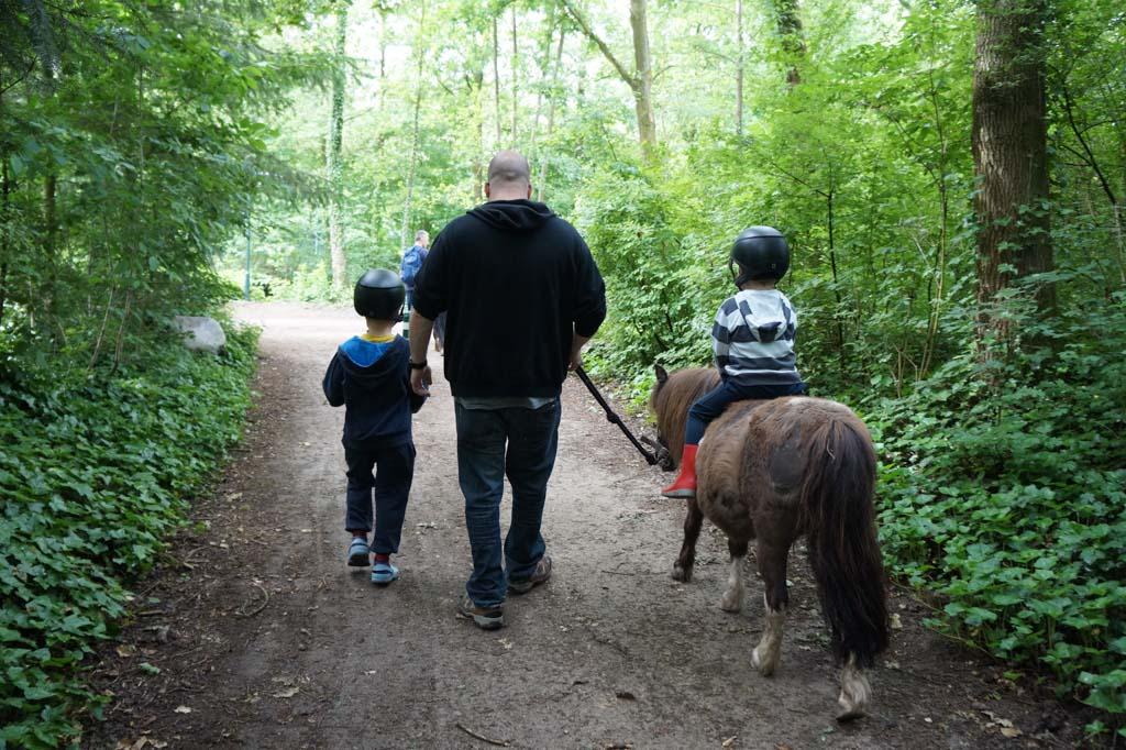 Het eerste ritje op pony Roosje.