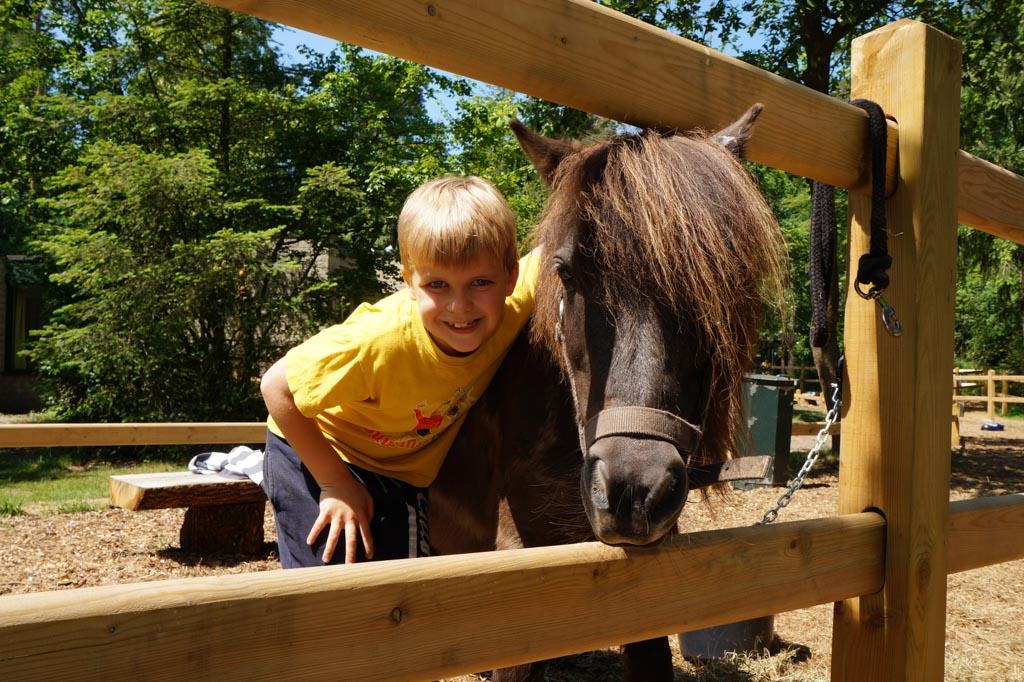 Bram samen met 'zijn' pony.