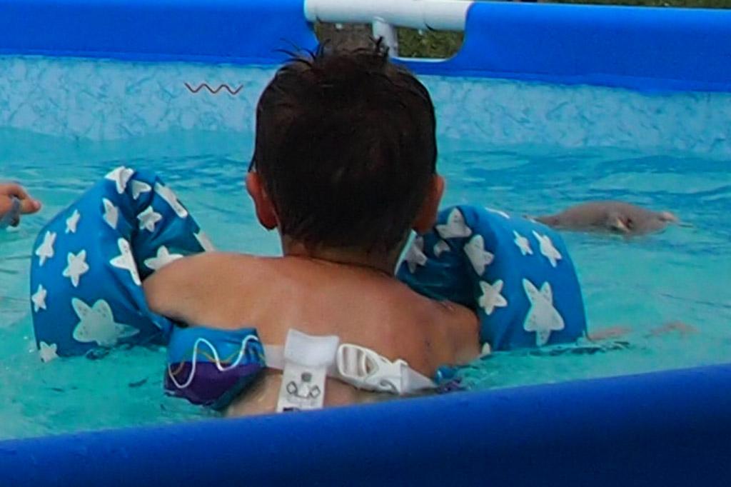 Drijfmiddelen voor kinderen: De achterkant heeft een handige kliksluiting.