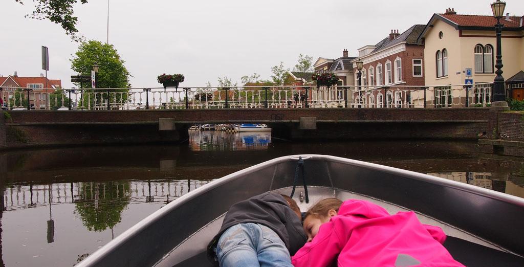 Bukken bij de lage bruggetjes in de binnenstad van Sneek.
