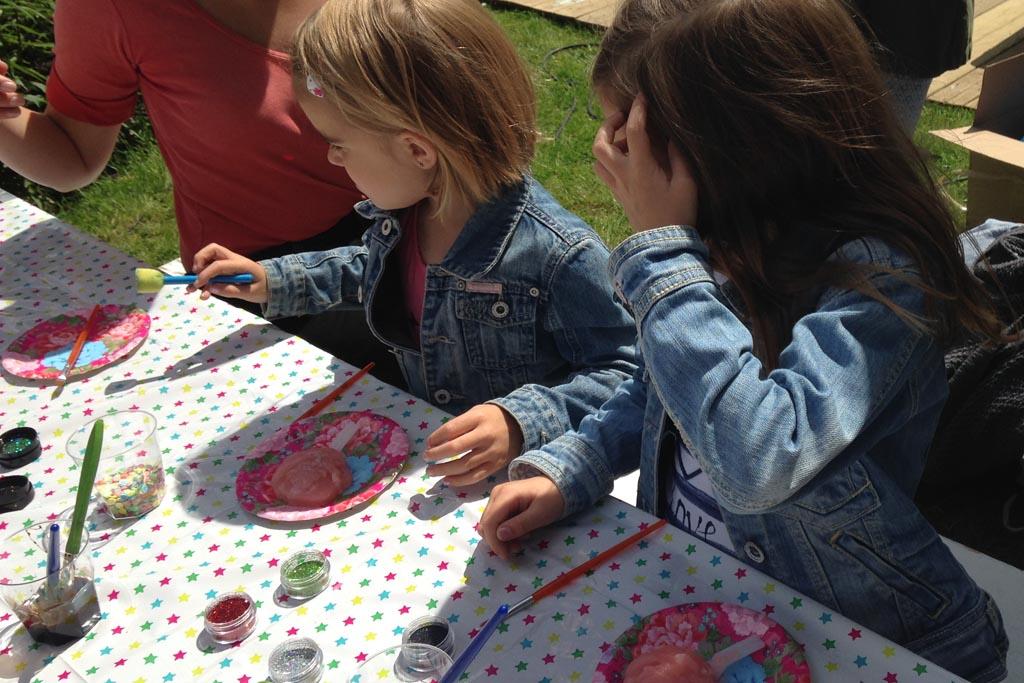 Een van de kinderactiviteiten: ijsjes versieren.