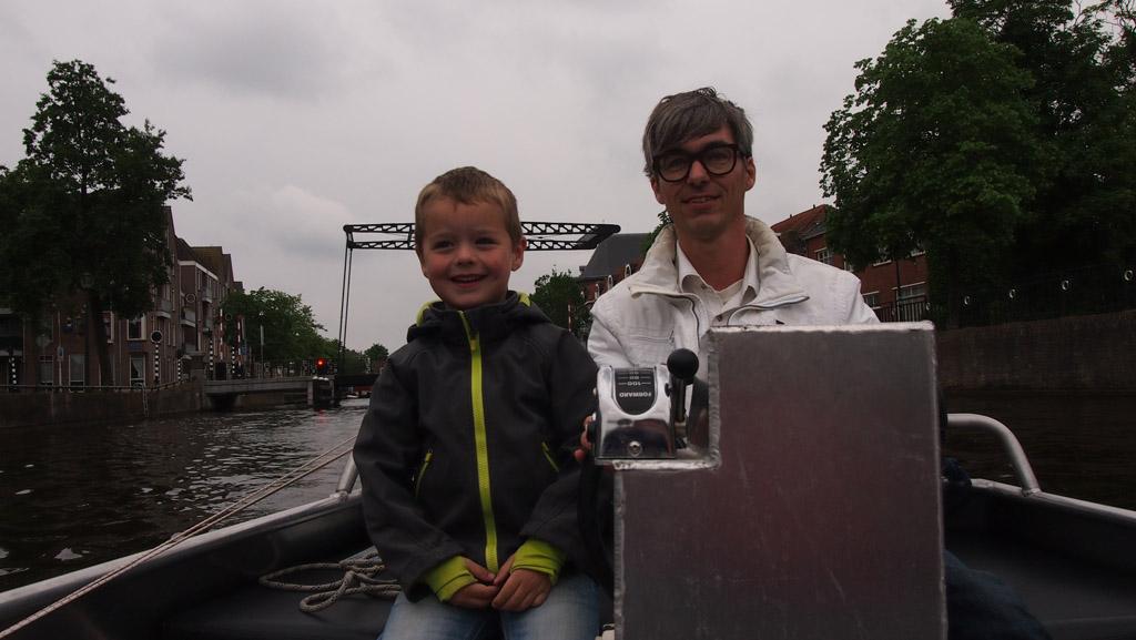 Stoere Camiel wil het besturen van de boot ook proberen.