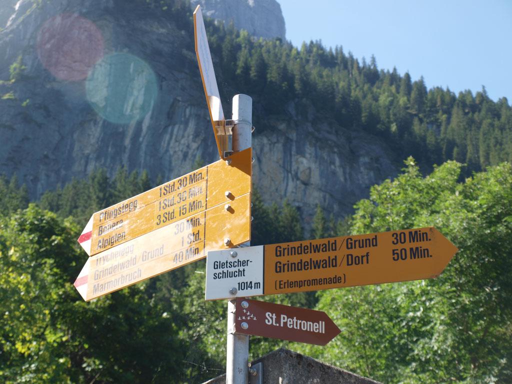 Routebordjes met een tijdsindicatie.