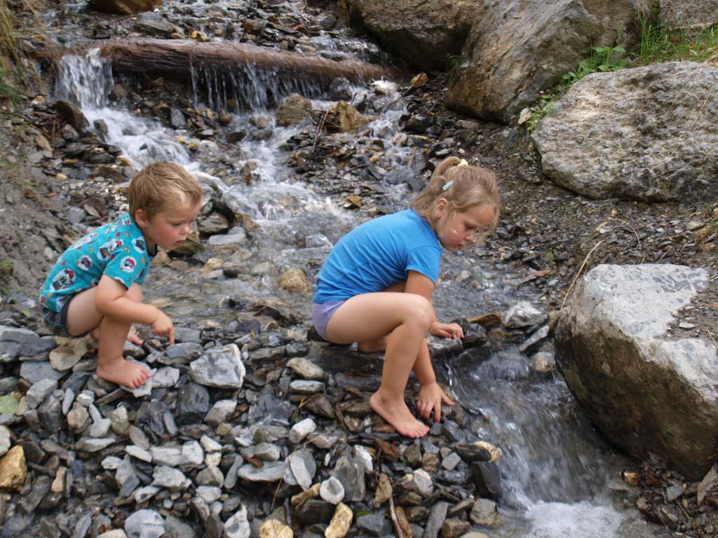 Spelen met stenen en stromend water.